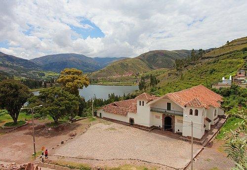 Vista exterior de la capilla, con el entorno natural