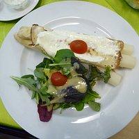 Tages Gericht, Spargel im Crepemantel mit Bärlauchschmandt und Wildkräutersalat