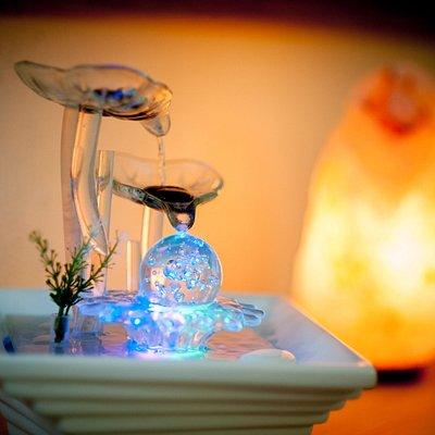 relax con lampade di sale e fontana zen