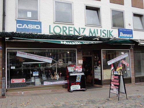 旧市街の裏町にある楽器店