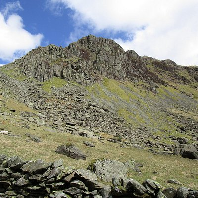 Big cliffs and crags on Tarn Crag from the quarry road in Sadgill, just below the waterfalls