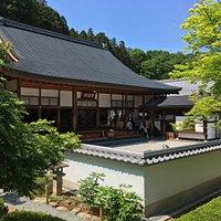 庭園が京都などで見られる枯山水の庭園になっており綺麗です。5月は牡丹が咲いており、沢山人が来ておりました。また御朱印がGW限定のものがあった事が要因の一つであると思います。