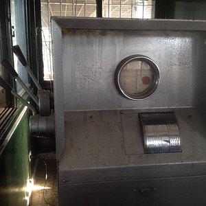 Mechanische Waage, seit 100 Jahren in betrieb, heute im Abgleich mit einer elektronischen Wagge