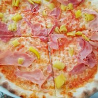 Pizza Schinken & Pepperoni aus dem Steinofen