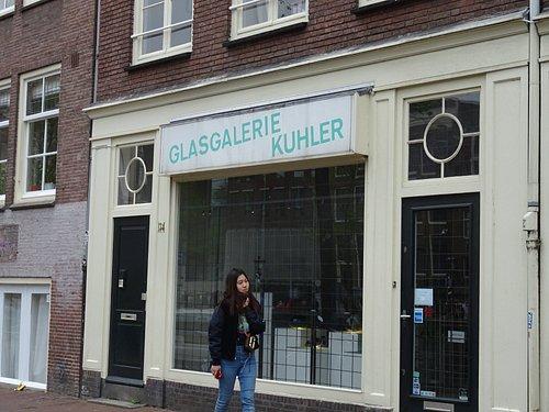 Glasgalerie Kuhler tegenover Anne Frank huis