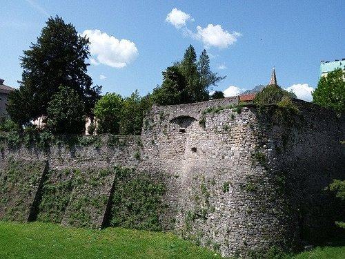 Resti dell'antica cinta muraria