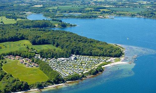 Luftfoto af campingpladsen og den skønne natur omkring.