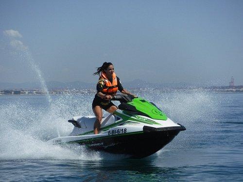 Manejar una moto de última generación en mar abierto...