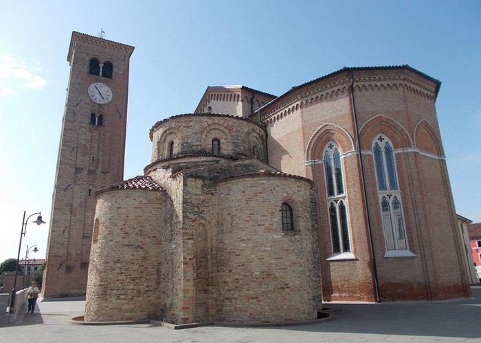Sul fianco sinistro della chiesa si erge il campanile del XII secolo, alto 28 metri, con due ord