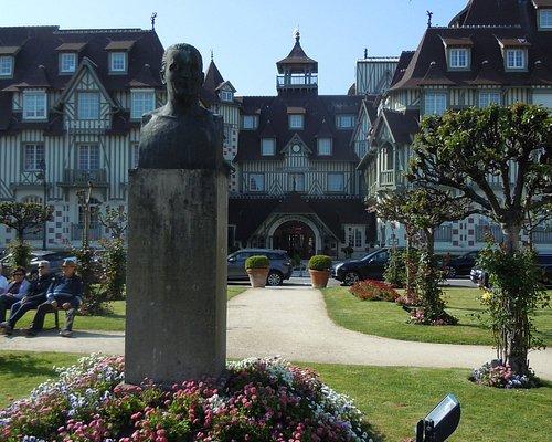 Le buste devant l'entrée de l'hôtel Normandy