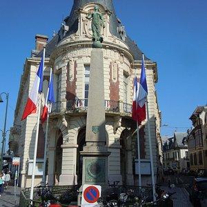 Le monument devant la mairie