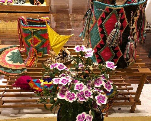 Me sorprendió encontrar esta hermosa tienda que me llamo la atención por su colorido y la energí