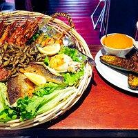 Assortiment de différents poissons et sauces