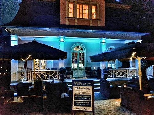 Villa mit Terrasse By Night
