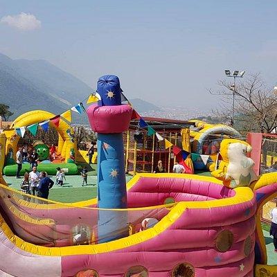 Nel parco vi è un'area giochi per bambini fino a 10 anni, dove questi ultimi, possono trascorrer