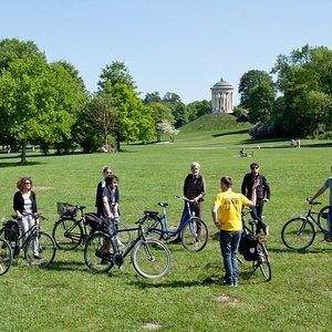 Stopp der Fahrradtour beim Monopteros