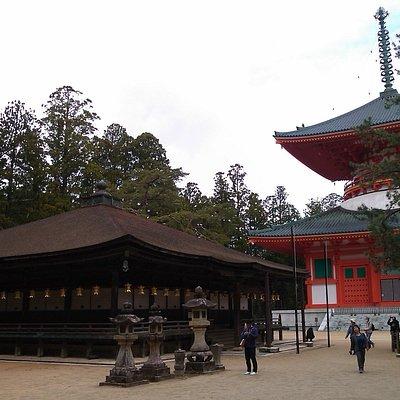 The rightmost pine tree is Sanko no Matsu.