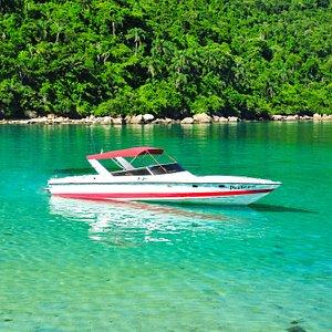 Lancha Pestana no mar de Paraty