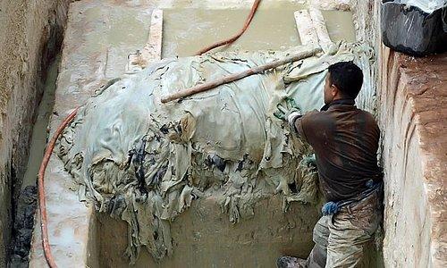 Photo 15 : Une fois assouplies, les peaux sont plongées dans des cuves de colorants naturels