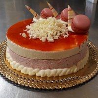 Semifreddo Fragola e Crema con decorazioni al cioccolato bianco e Macarons