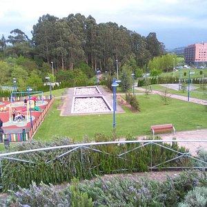 Parque de la Grandiella; al fondo, el bosque homónimo.