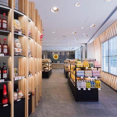 宮崎の杉をふんだんに使用し、透過性を考慮したデジタルサイネージを備えた明るい店内