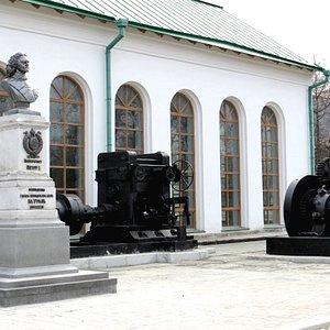 Бюст императора Петра I. Экспозиция крупногабаритной техники уральских заводов.