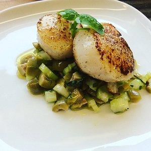 Gebratene Jakobsmuschel auf Oliven-Gurkensalat
