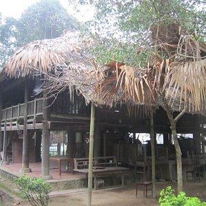 nhà sàn gia đình người tày, gần nhà của bac Hồ