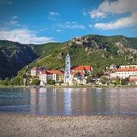 Blick auf Dürnstein und das Stift mit dem blauen Kirchturm / ©Pfeffel
