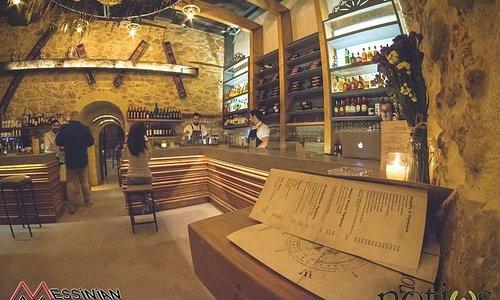 Στο μικρό bar του notίως θα βρεις μια  πλούσια κάβα ποτών.