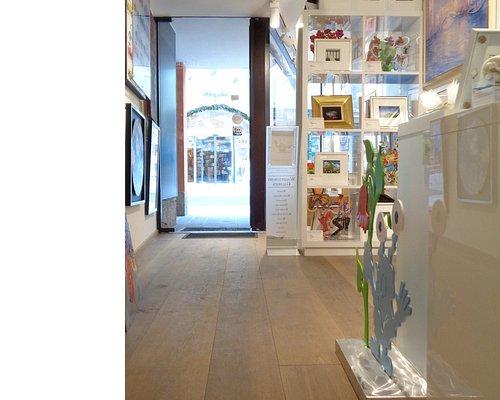 Eine kleine, feine Galerie präsentiert ausgewählte Werke.