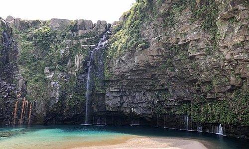 滝の近くの展望所からの写真です。滝壺近くには行くことができません