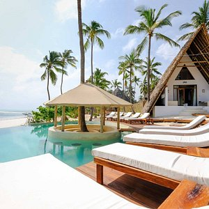 Swimmingpool by day & Bungalow