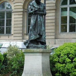 La statue sur le socle
