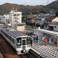 列車とデザインを合わせた八浜駅にて