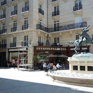 Le square et la statue