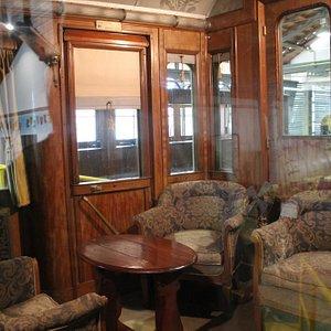 Interno di un treno d'epoca, prima classe.