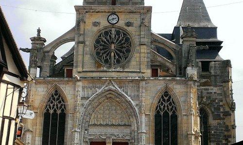 L'église et son parvis.
