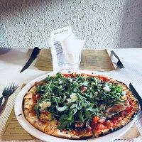 Pizza Giulia! (tomates fraîches, jambon cru, mozzarella, basilic, copeaux de parmesan, et roquet