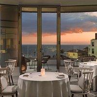 Salón del restaurante con vistas panorámicas.