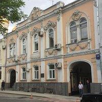 Дом писателя Н.Ф. Павлова, вид со сквера Рождественского бульвара.