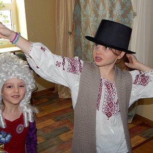 Примерьте шляпу или парик - и вы сами себя не узнаете. Зато сделаете отличное селфи!