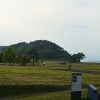 広い遺構です。後ろには高舘(義経館)の小山が見えます