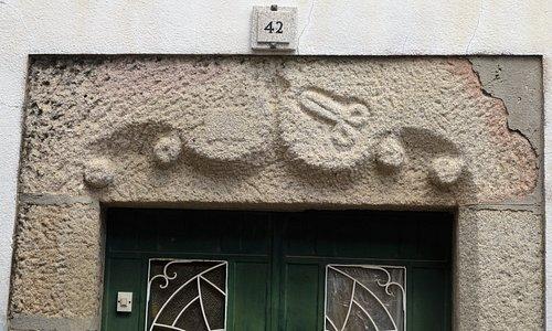 Pormenor talhado na pedra Alfaiate