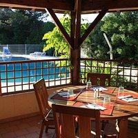 terrasse/patio avec vue sur la piscine