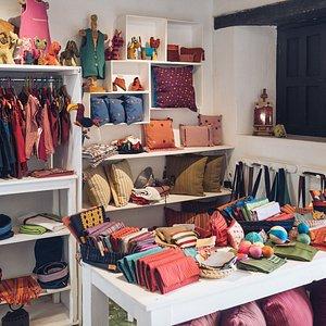 Vista de la parte delantera según entras de Maya Kotan, hay más textiles en el resto del taller.