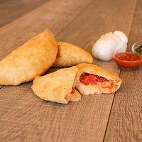 Il nostro panzerotto classico: pomodoro e mozzarella!