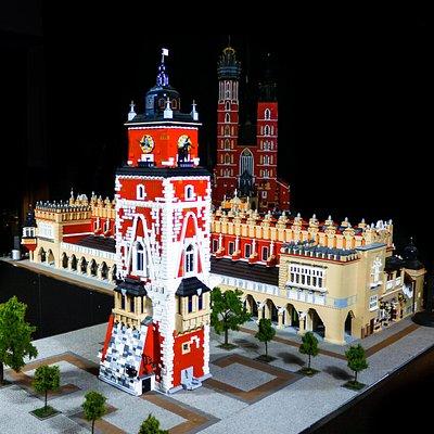 Rynek Główny zbudowany z klocków Lego, a na nim Ratusz Sukiennice oraz w tle kościół Mariacki.