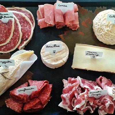 Plateau de fromages et de charcuteries italiennes
